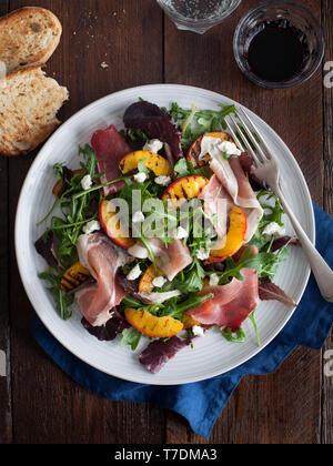 Salade de pêches et de Proscuitto grillé Photo Stock