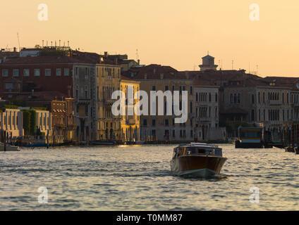 Bateau à voile sur le grand canal, Venise, Vénétie, Italie Photo Stock