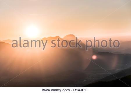 Vue panoramique des montagnes pendant le coucher du soleil Photo Stock