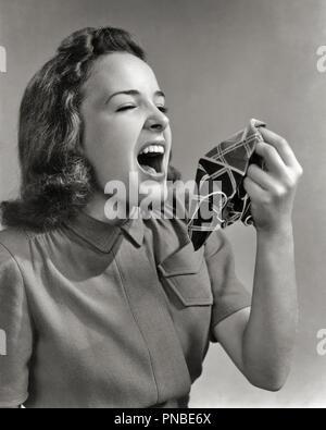 1940 1940 TEEN GIRL SUR LE POINT D'ÉTERNUER HOLDING MOUCHOIR MOUCHOIR PRÊT - HAR2325001 HARS ALLERGIES EXPLOSIVES HANKY MAUVAISE SANTÉ NOIR ET BLANC EN DIFFICULTÉ l'origine ethnique caucasienne HAR001 bouche ouverte old fashioned Photo Stock