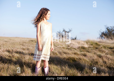 Jeune fille en robe sur hillside Photo Stock