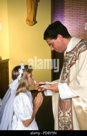 Girl recevoir 1re communion © Myrleen ....Pearson Ferguson Cate Photo Stock