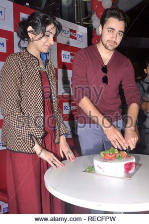 Bollywood acteur Imran Khan avec connecteurs RJ Yamini à 92,7 FM Grand coupe le cake pendant la promotion de son prochain film Matru Ki Bijlee Ka Mandola à Mumbai, Inde, 05 janvier 2013. Deven (cont) Photo Stock