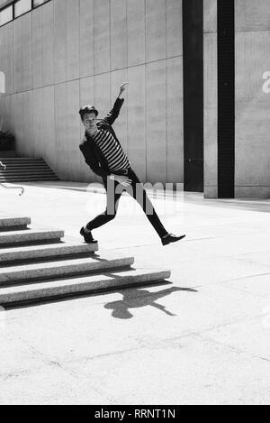 Cool Portrait jeune homme en descendant de l'étape urbaine Photo Stock