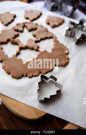 Avec la pâte à biscuit en coupant les formes Photo Stock