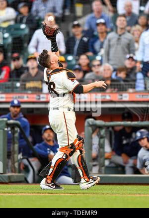 12 juin 2019:San Francisco Giants catcher Buster Posey (28) permet de retrouver une fausse balle pour un au cours du jeu MLB entre les San Diego Padres et les Giants de San Francisco au parc d'Oracle à San Francisco, Californie. Chris Brown/CSM Photo Stock