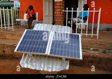 Panneau solaire boutique, Masindi, Ouganda, Afrique du Sud Photo Stock