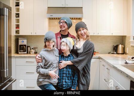 Portrait de famille stupide making faces dans la cuisine Photo Stock