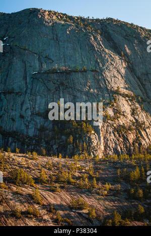Tôt le matin, la lumière sur la montagne en Furunusteren Nissedal, Telemark, Norvège. Photo Stock