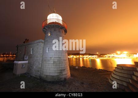 Phare du Port de Howth sur la fin de la partie sud du port de Dublin de bras. Photo Stock
