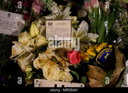 Photographie montrant les hommages placés à l'extérieur du Parlement à Londres, après le 22 mars 2017, une attaque terroriste. L'attaquant, 52 ans, la Britannique Khalid Masood, conduisait une voiture dans les piétons sur le trottoir le long du côté sud de Westminster Bridge et Bridge Street, blessant plus de 50 personnes, dont quatre mortels. En date du 21e siècle Photo Stock