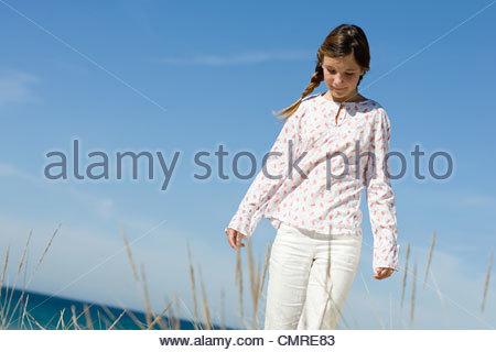 Fille qui marche par coast Photo Stock