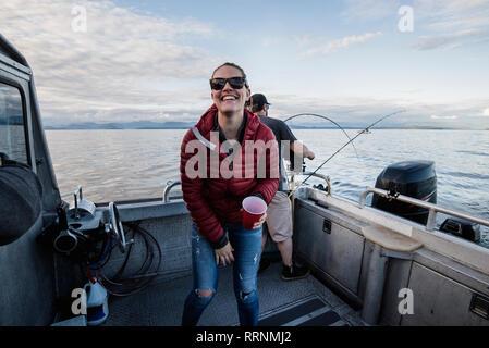 Portrait femme enthousiaste sur bateau de pêche Photo Stock