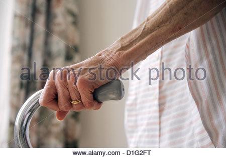 Femme âgée HOLDING BÂTON DE MARCHE Photo Stock
