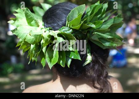 Gros plan du Hawaiian coiffure portée par danseuse de hula faite de feuilles fraîches. Photo Stock