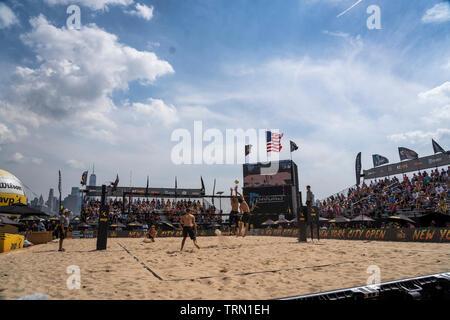 Phil Dalhausser/Nick Lucena en compétition contre Paul Lotman/Gabriel Ospina dans le 2019 New York City Open beach-volley Photo Stock