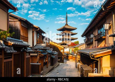 Quartier Higashiyama (vieille ville) et la Pagode Yasaka dans Hokanji temple, Kyoto, région du Kansai, au Japon. Photo Stock