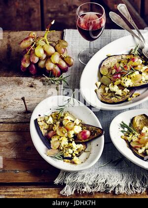 Aubergines grillées avec du fromage de brebis et raisins Photo Stock