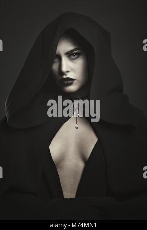 Belle mystérieux vampire. Portrait de l'Halloween Photo Stock