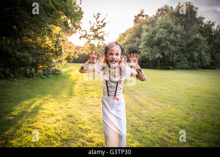 Un enfant habillé en costume pour l'Halloween. Photo Stock