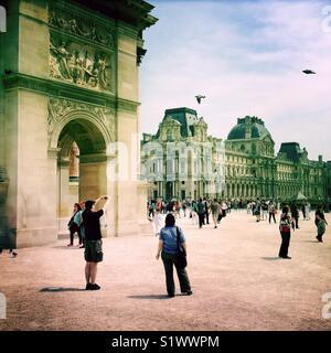 Les touristes près du carrousel Arch, devant le musée du Louvre, Paris, France Photo Stock