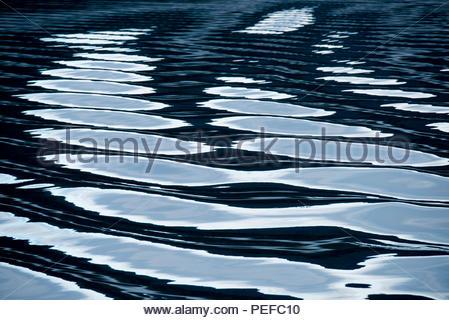 Réflexions sur les eaux de l'Alaska, le passage intérieur. Photo Stock