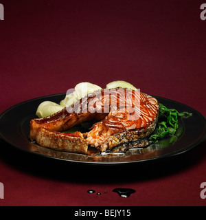 Saumon grillé avec pak-choï (bok choy) Photo Stock
