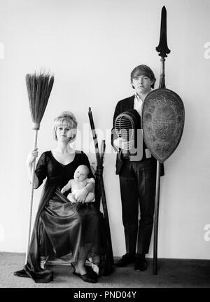 1960 Portrait de famille ADOLESCENCE ÉTRANGE TOUS LOOKING AT CAMERA PÈRE HOLDING SPEAR SHIELD MASQUE ESCRIME ANCIENNE Mère et fille bébé BALAI - b25460 HAR001 HARS Papa maman bébé à l'INTÉRIEUR DE VÊTEMENTS paires mères nostalgique romantique vieille NOSTALGIE DU TEMPS 1 OLD FASHION STYLE juvénile des jeunes adultes d'équipe comique BLONDE MYSTÈRE INFANTILE RÉSUMÉ VIE Familles Femmes conjoint marié ÉPOUX SHIELD ACCUEIL ESPACE COPIE DE LA VIE DES FEMMES FILLES PERSONNES INSPIRATION BROOM HOMMES PÈRES B&W CONTACT OCULAIRE étrange aventure étrange étrange et loufoque de papas Connexion non conventionnelle de l'IMAGINATION CONCEPTUELLE INHABITUELLE ADOLESCENTS ÉLÉGANT Photo Stock