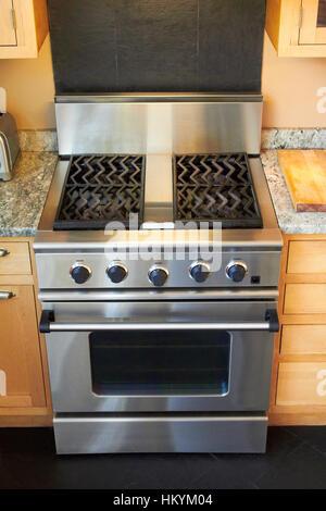 Cuisinière à gaz et four dans la cuisine Photo Stock