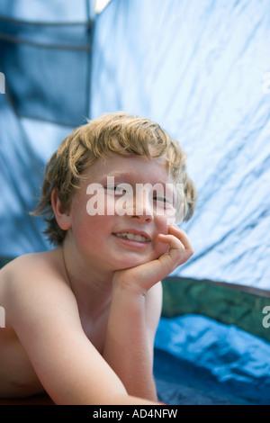 Portrait d'un jeune garçon dans une tente Photo Stock