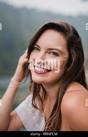 Portrait souriant, belle jeune femme Photo Stock