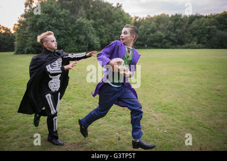 Deux enfants en costume pour l'Halloween. Photo Stock