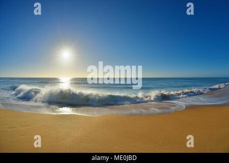 Vagues se brisant sur le rivage de 90 Mile Beach au Paradise Beach avec le soleil sur l'océan à Victoria, Australie Photo Stock