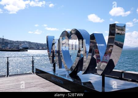 Reconnaissant le choeur de renommée internationale World of Wearable Art (WOW) de la concurrence, cette sculpture se trouve sur le front de mer de Wellington. Cette année marque le 30e anniversaire de WOW. Photo Stock