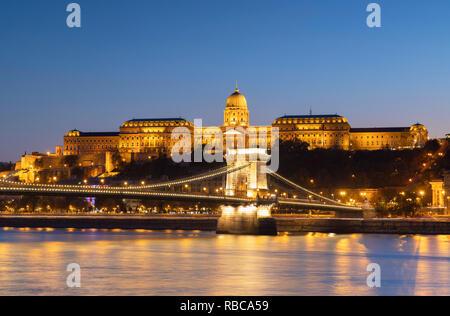 Pont des chaînes Széchenyi (Pont), le château de Buda et du Danube, à la brunante, Budapest, Hongrie Photo Stock