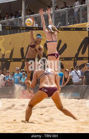 Kelly Claes/Sponcil Sarah en compétition contre Emily Jour/Betsi Silex dans le 2019 New York City Open beach-volley Photo Stock