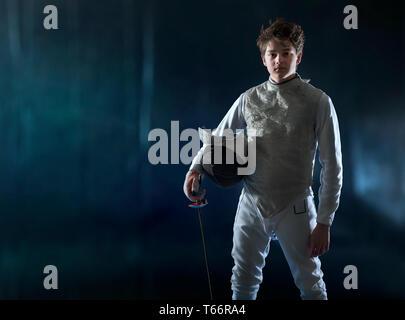 Portrait confiant teenage boy l'escrime Photo Stock