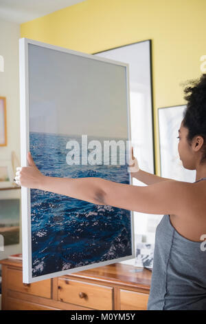 African American Woman admiring grande photographie d'océan Photo Stock