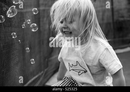 Enfant s'amusant avec des bulles Photo Stock