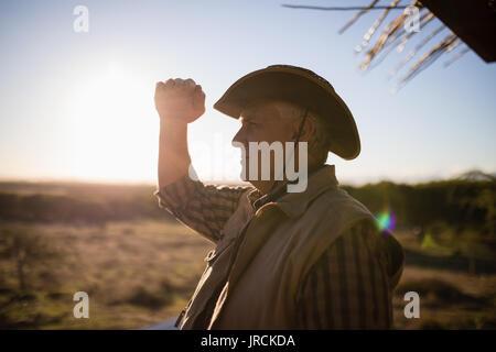 Homme yeux blindage sur une journée ensoleillée Photo Stock