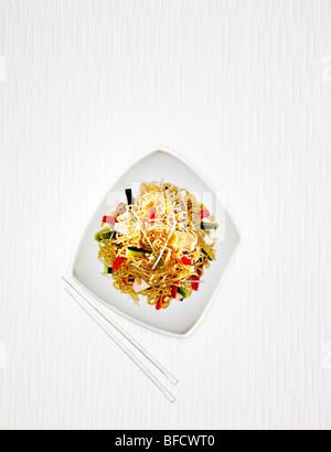 Des nouilles avec des légumes, des plats typiques de l'Asie du Sud Est. Photo Stock