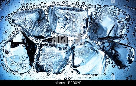 La glace flottant dans l'eau avec des bulles d'air Photo Stock