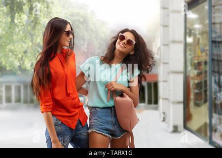 Deux femmes en marche sur lunettes street heureusement Photo Stock