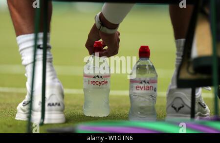 Londres, Royaume-Uni. 2 juillet, 2019. Tournoi de Wimbledon 2019. Rafael Nadal prend soigneusement ses bouteilles d'Evian, le tournoi de Wimbledon 2019, 2019 Allstar Crédit: photo library/Alamy Live News Photo Stock