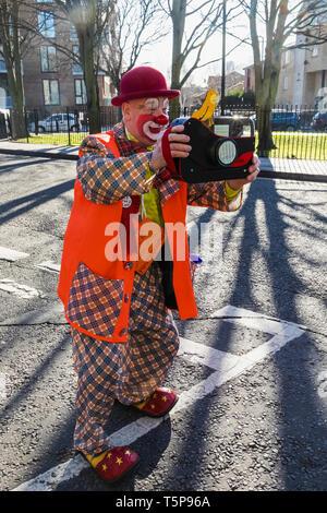 L'Angleterre, Londres, l'Assemblée annuelle de l'Église au service de clowns Grimaldi All Saints Church, West Bay, clown avec Toy Camera Photo Stock