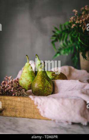 Poires rustique dans un paramètre de cuisine Photo Stock