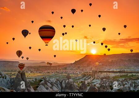 Montgolfières au lever du soleil, Goreme, Cappadoce, Turquie Photo Stock