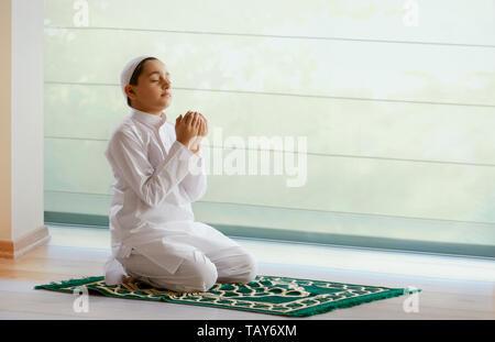 Garçon musulman priant Photo Stock