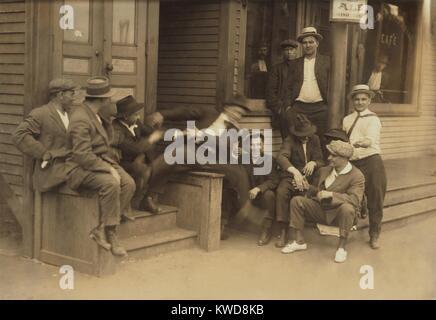 Les jeunes hommes autour d'un salon à Chicopee Falls, Massachusetts, le 29 juin 1916. Ils sont dans la Photo Stock