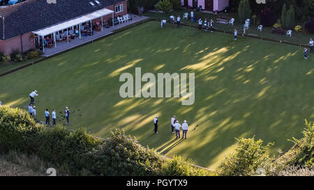 Vue aérienne de bowls club dans l'oeil, Suffolk avec des joueurs sur vert Photo Stock